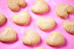 Печенья сердца форменные на пинке Стоковое Фото