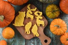 Печенья сладостного домодельного животного форменные: медведь, лось, волк на woode Стоковое Фото
