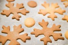 Печенья снежинки Снежинка сформировала печенья пряника штабелированные и связанные со смычком золота стоковое изображение rf