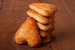 Печенья стога в форме сердца на деревянной доске Стоковая Фотография