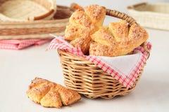 Печенья сыра коттеджа в корзине Стоковые Фотографии RF