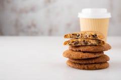Печенья с бумажным стаканчиком на белой предпосылке Стоковое Изображение