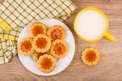 Печенья с вареньем в плите, молоке и checkered салфетке Стоковые Изображения RF