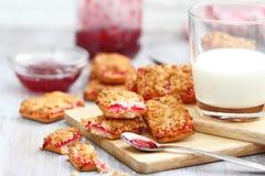Печенья с вареньем и молоком Стоковые Фото