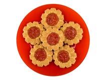 Печенья с вареньем клубники в красной плите изолированной на белизне Стоковое фото RF