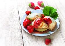 Печенья с вареньем клубники праздничное обслуживание Стоковые Изображения RF