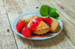 Печенья с вареньем клубники Стоковые Фото