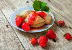 Печенья с вареньем клубники Стоковые Изображения