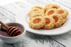 Печенья с вареньем, печенья на белой плите Стоковые Фотографии RF