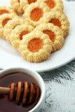 Печенья с вареньем, печенья на белой плите Стоковые Изображения RF