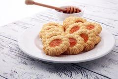 Печенья с вареньем, печенья на белой плите Стоковое Фото