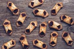 Печенья с вареньем на деревянном столе, взгляд сверху Стоковые Фотографии RF