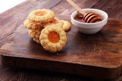 Печенья с вареньем, печенья на коричневой доске Стоковая Фотография RF