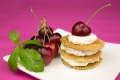 Печенья с взбитыми сливк и вишней Стоковое фото RF