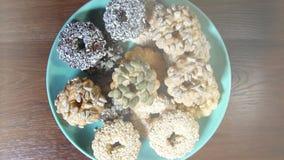 Печенья с гайками на плите, концом-вверх вращения сток-видео
