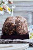 Печенья с какао, белым шоколадом и зажаренными семенами сезама Конец-вверх Стоковые Фотографии RF