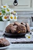 Печенья с какао, белым шоколадом и зажаренными семенами сезама Стоцветы предпосылки Стоковое фото RF