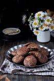 Печенья с какао, белым шоколадом и зажаренными семенами сезама Стоцветы предпосылки темно Стоковая Фотография