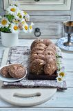 Печенья с какао, белым шоколадом и зажаренными семенами сезама Стоцветы предпосылки Стоковая Фотография