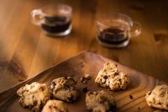 Печенья с кофе на деревянной поверхности стоковые изображения rf