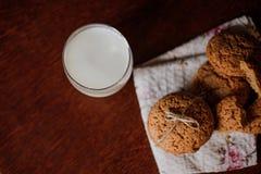 Печенья с молоком на таблице Стоковая Фотография