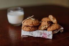 Печенья с молоком на таблице Стоковые Фото