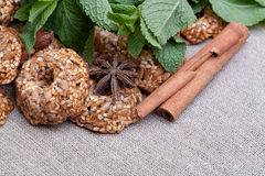 Печенья с мятой на скатерти Стоковое фото RF