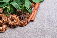 Печенья с мятой на скатерти Стоковая Фотография RF