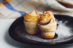 Печенья слойки очень вкусного и красивого яблока розовые стоковая фотография rf