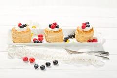 Печенья слойки с ванил-мороженым и сливк, голубиками и r стоковая фотография rf