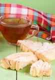 2 печенья слойки с чашкой чаю на зеленой деревянной предпосылке Стоковое Изображение RF