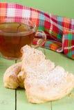 2 печенья слойки с чашкой чаю на зеленой деревянной предпосылке Стоковые Изображения RF