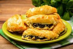 Печенья слойки с шпинатом и сыром Стоковые Изображения RF