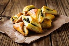 Печенья слойки шпината и сыра стоковые фотографии rf