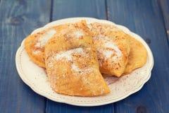 Печенья с сахаром на белой плите на голубой предпосылке Стоковое Изображение RF