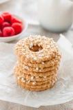 Печенья с сахаром падают на белую плиту с полениками на предпосылке на linen ткани Стоковые Фотографии RF