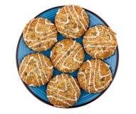 Печенья с семенами и семенами подсолнуха сезама в голубой плите Стоковое фото RF