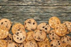 Печенья с семенами и шоколадом сезама на деревянном Стоковое Фото