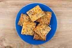 Печенья с семенами подсолнуха и сезамом в голубой плите Стоковые Фотографии RF