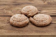 Печенья с семенами сезама на деревянном столе Стоковые Фотографии RF