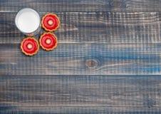 3 печенья с стеклом молока Стоковая Фотография