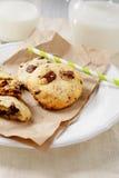 Печенья с стеклом молока на бумаге Стоковое фото RF