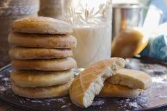 Печенья с стеклом молока на подносе Стоковая Фотография