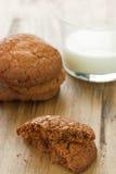 Печенья с стеклом молока Стоковое фото RF