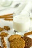 Печенья с стеклом молока Стоковые Фотографии RF