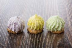 3 печенья с хлопьями суфла и кокоса на таблице Стоковое Изображение