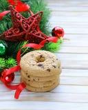 Печенья с шоколадом с ветвями и украшениями рождественской елки Стоковое Фото