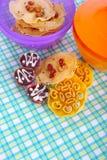 Печенья традиции малайзийские на красочной циновке. Стоковые Изображения RF