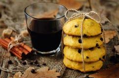 Печенья тыквы обломоков шоколада с стеклом кофе Стоковое фото RF