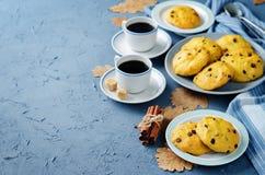 Печенья тыквы обломоков шоколада с чашками кофе Стоковая Фотография RF